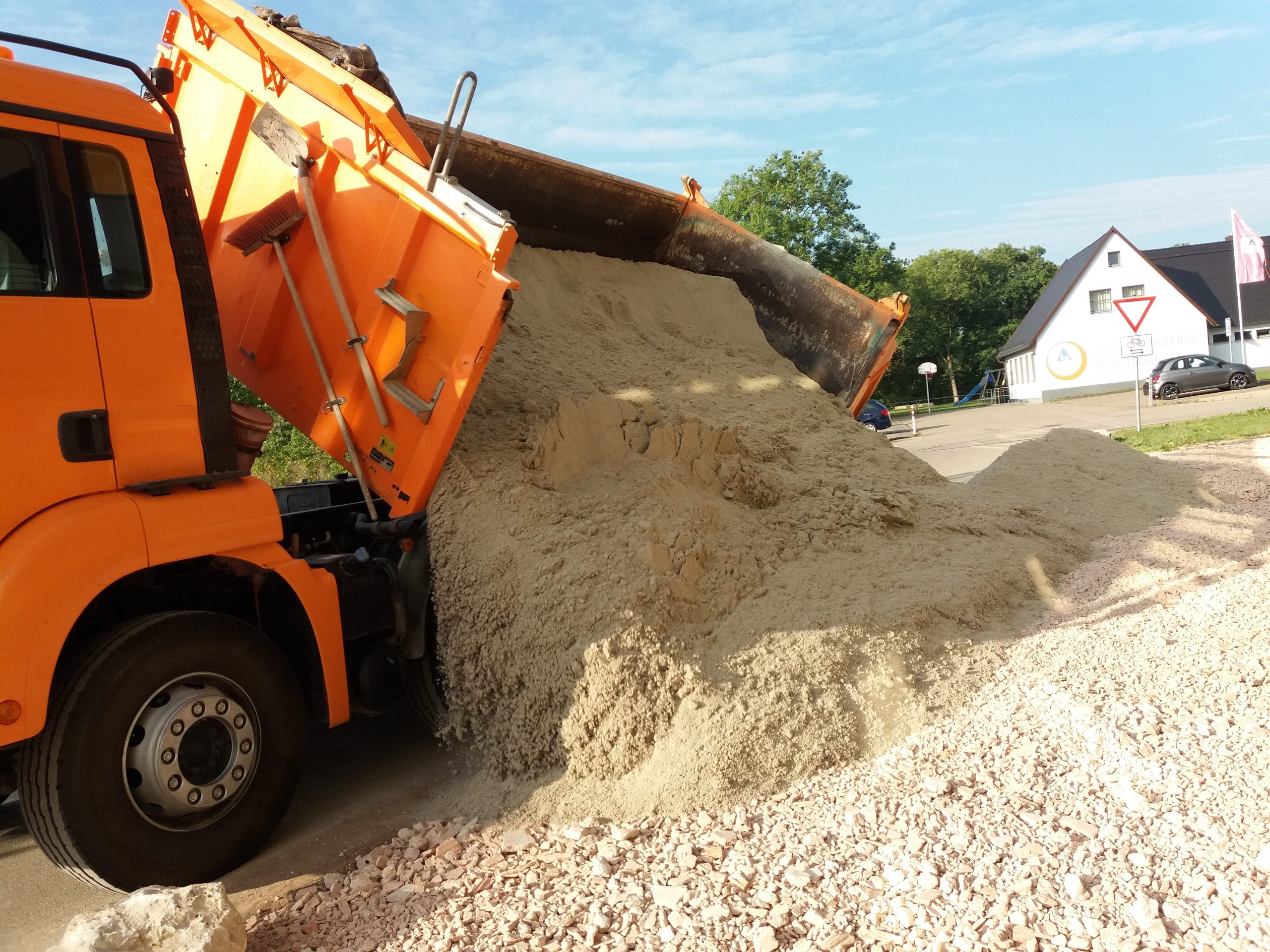 Anlieferung Auslieferung Erde Sand Betonsand Mineralbeton Dreiachser Berufskraftfahrer